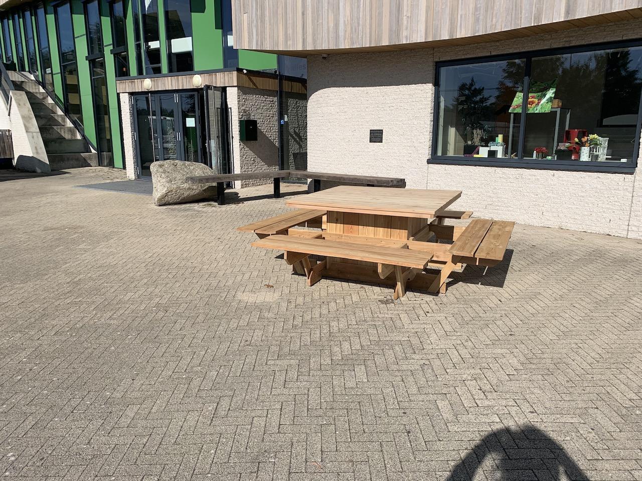 Prachtige nieuwe picknicktafels op het schoolplein